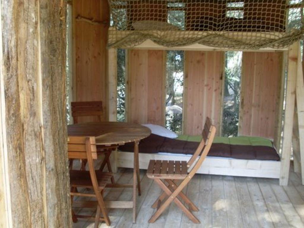 cabanes dans les arbres au beauregard mornas provence alpes c te d 39 azur. Black Bedroom Furniture Sets. Home Design Ideas